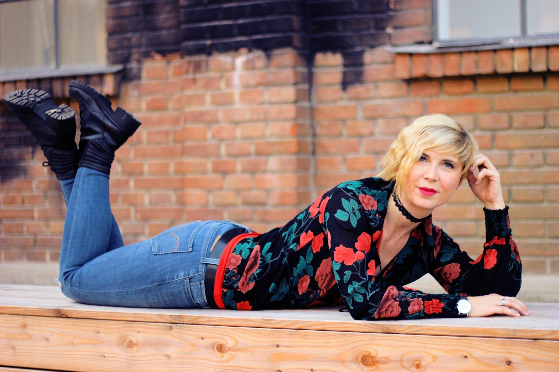 Blogheader - Ganni-Bluse, Levis, Conny Doll Lifestyle
