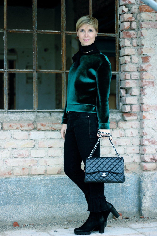 Samtpullover von Maje, Fakelederjacke, Jeans mit Rüschen, Herbst-Winterlook und ein Blogpost über Christmas Advertorials