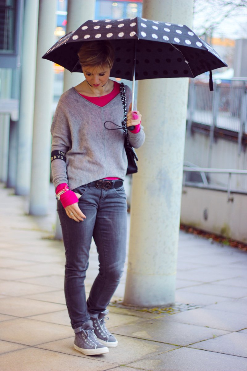 Conny Doll Lifestyle: Regenwetter, casual Friday Style, pink und grau, sneaker, chucks, Fakelederjacke,