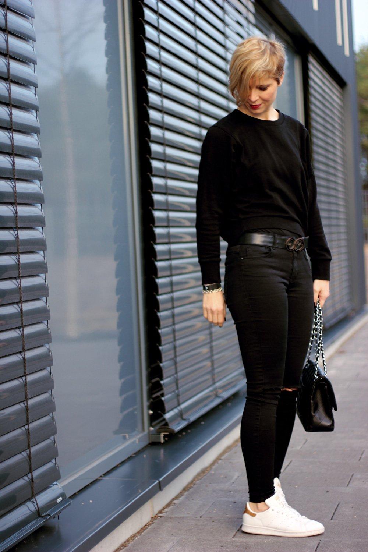 Conny Doll lifestyle: schwarzen Alltagslook, weiße Sneaker, casual,