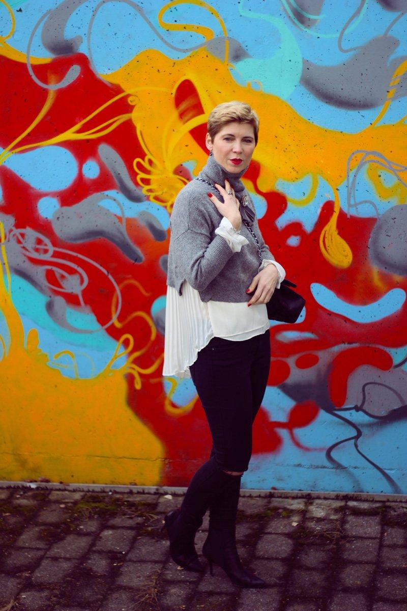 Conny Doll LIfestyle, Beitrag über Offline-Shopping vor Ort, Kurzpullover, Rollkragen, Lagenlook, destroyed Jeans, Brosche