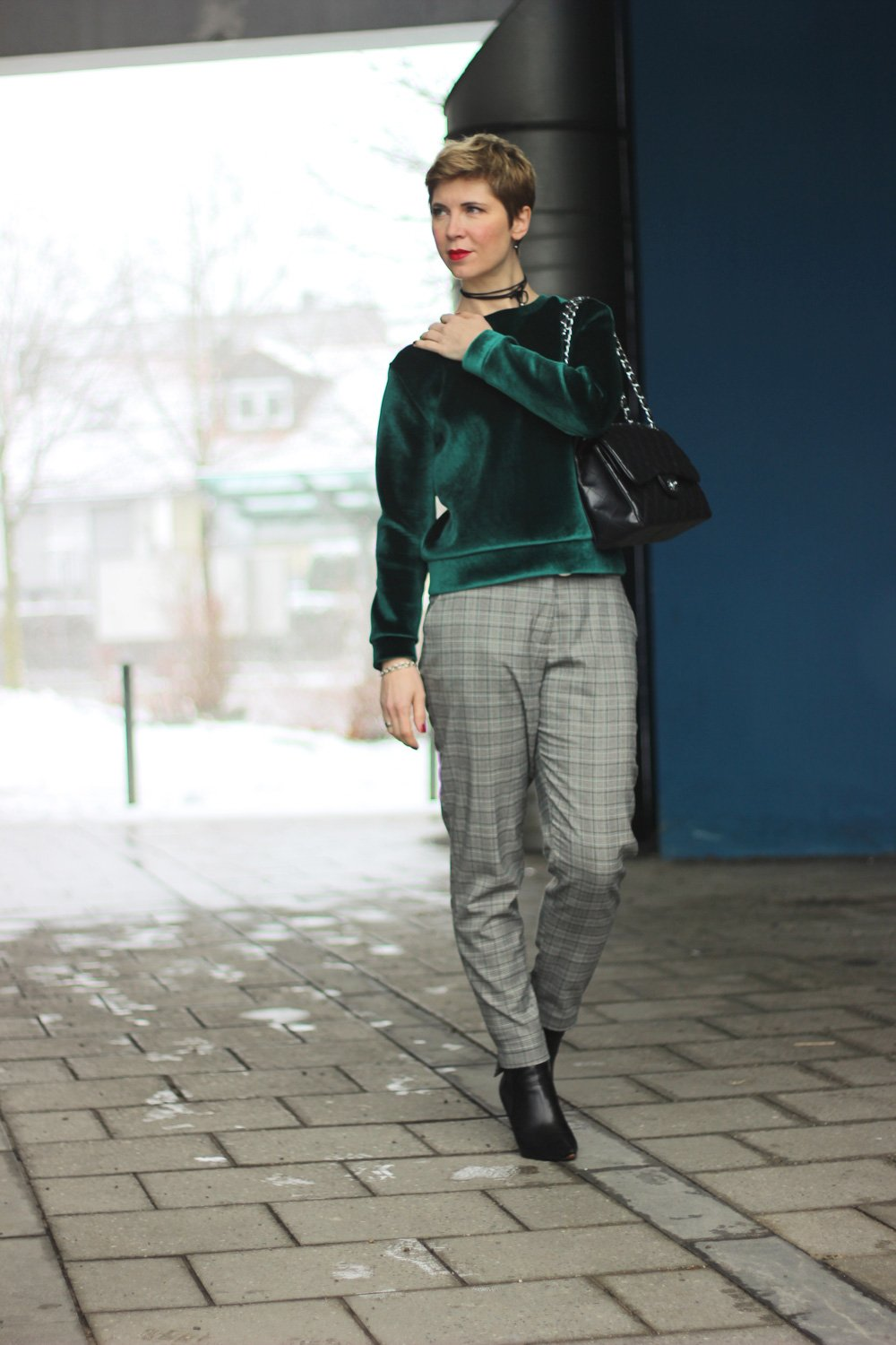 Conny Doll Lifestyle: Samtpullover und Karohose, Lederjacke, Winterlook, casual Styling