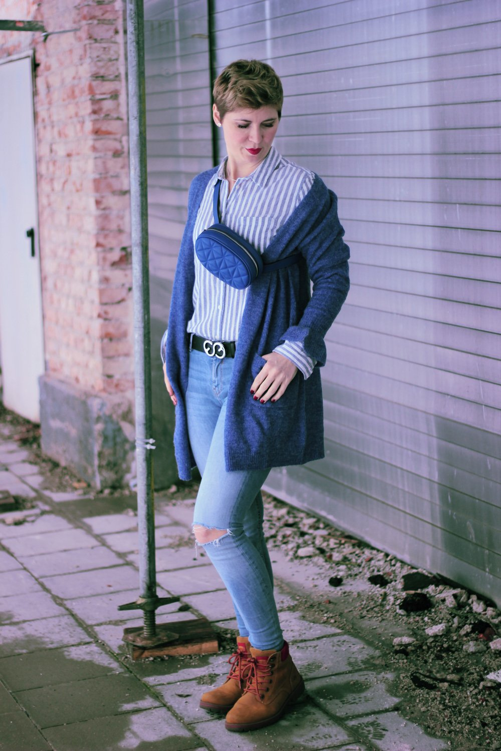 Conny Doll Lifestyle: Blogpost über The Bold Type von Amazon Prime, Casual Styling mt Gürteltasche, blauer Cardigan, Streifenbluse, Skinny