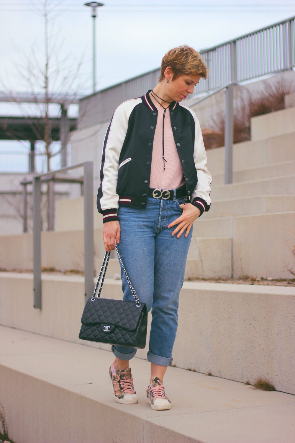 Conny-Doll-Lifestyle: Bomberjacke aus New York, Highwaist-Denim, rose, Sneaker, Frühlingslook