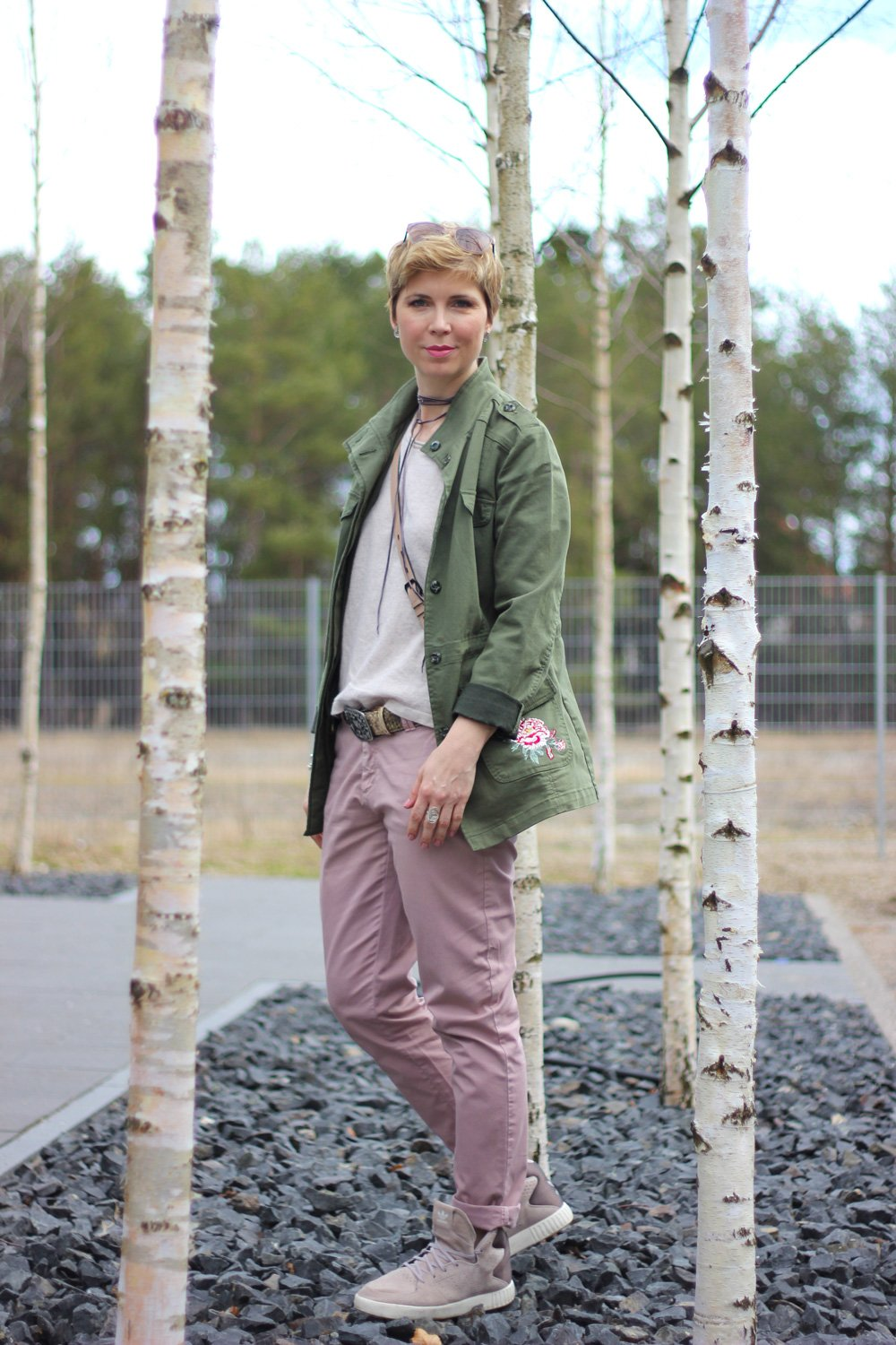 Conny Doll Lifestyle: Beige und Rosa, Frühlingslook, Choker, Chino, Sneaker,