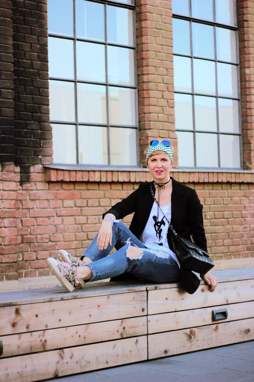 Conny Doll Lifestyle: Shirt für starke Frauen, Goldschnitte, Blazer, destroyed Denim, casual Look, Sneaker, Adidas, sportliches Outfit