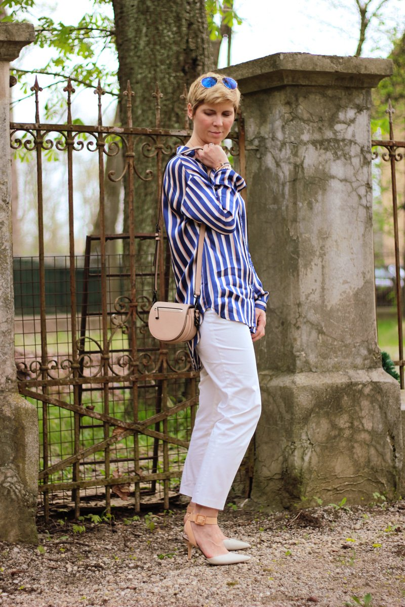 Conny-Doll-Lifestyle: Hommage an die Freude, Pyjama-Look, Streifenbluse. weiße Hose, Slingback-Pumps, sportliche-elegant