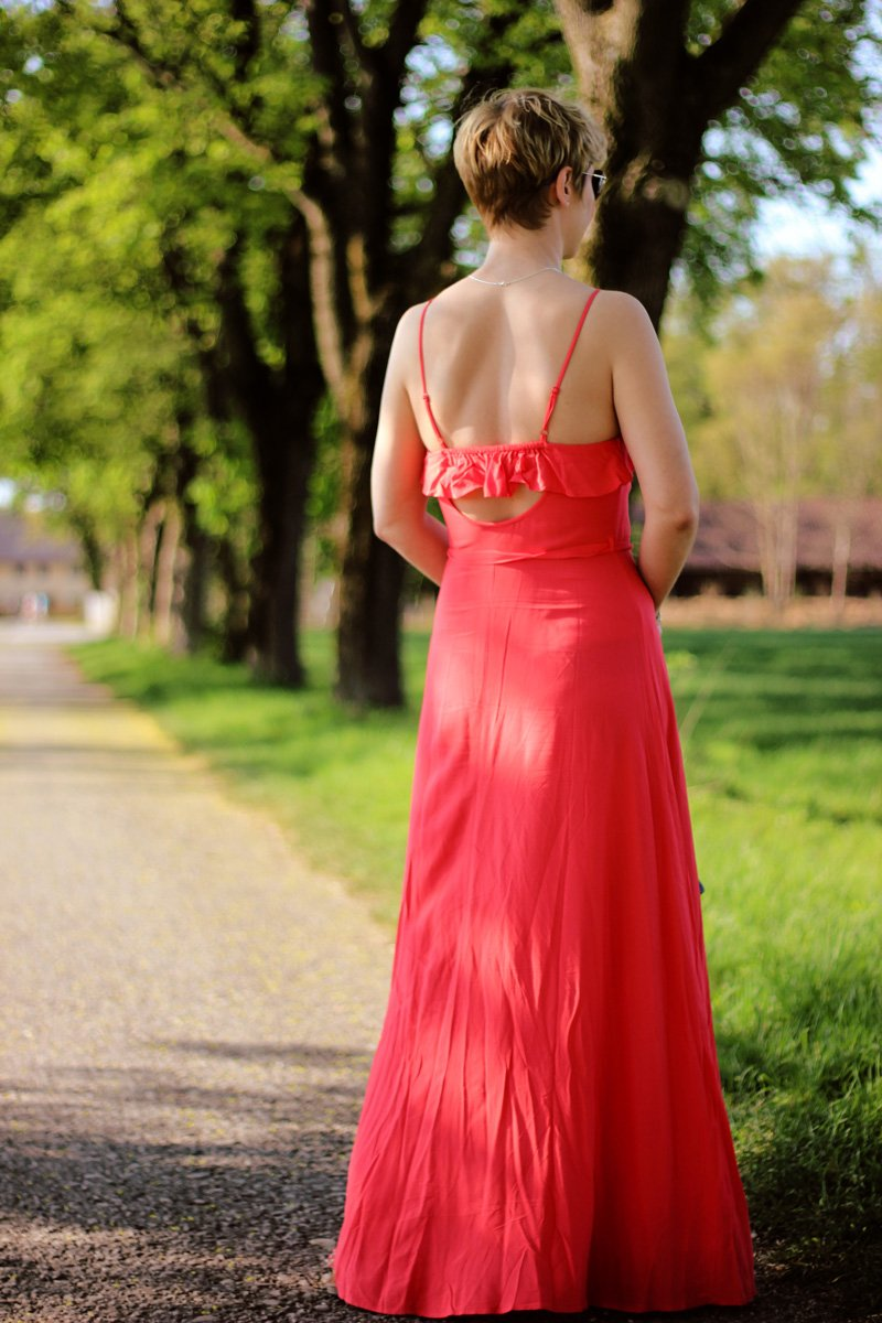 Conny-Doll-Lifestyle: langes Sommerkleid, orange, Jeansjacke, Gürteltasche,