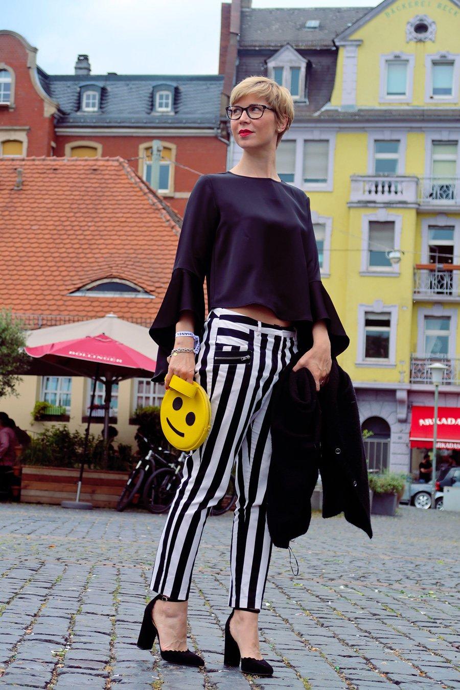 Conny Doll Lifestyle: schwarz-weiß, Streifen, Blockstreifen, Hose, Statementärmel, Pumps, Frühlingslook, Influencer