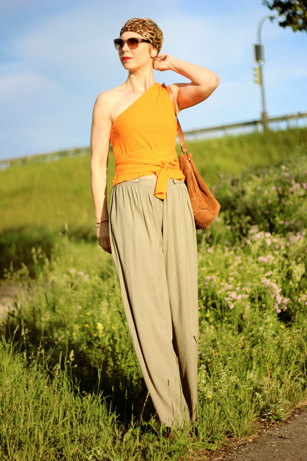 Conny Doll Lifestyle: One-Shoulder-Wickeltop, Palazzohose, Orange, Sommerlook, Bandana,