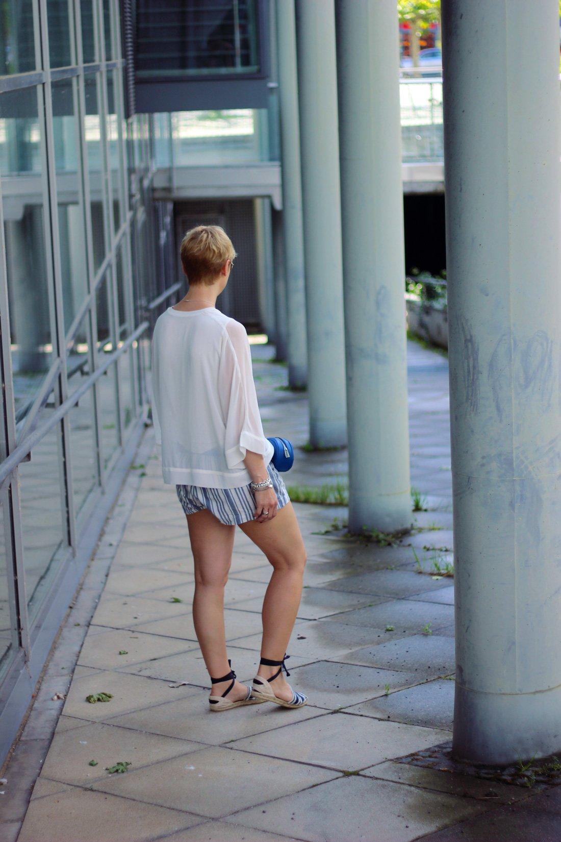 Conny-Doll-Lifestyle: Shorts, Sommerlook, Castaner, Transparenz, Espandrillos, Bluse-weiß