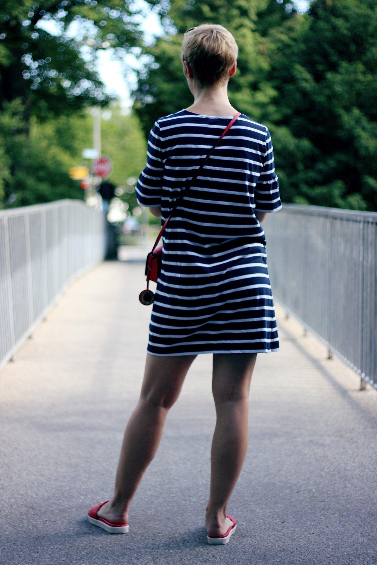 Conny Doll Lifestyle: Streifenkleid, rote Details, Pantoletten, DKNY, Tchibo, Armani, blau, weiß, rot