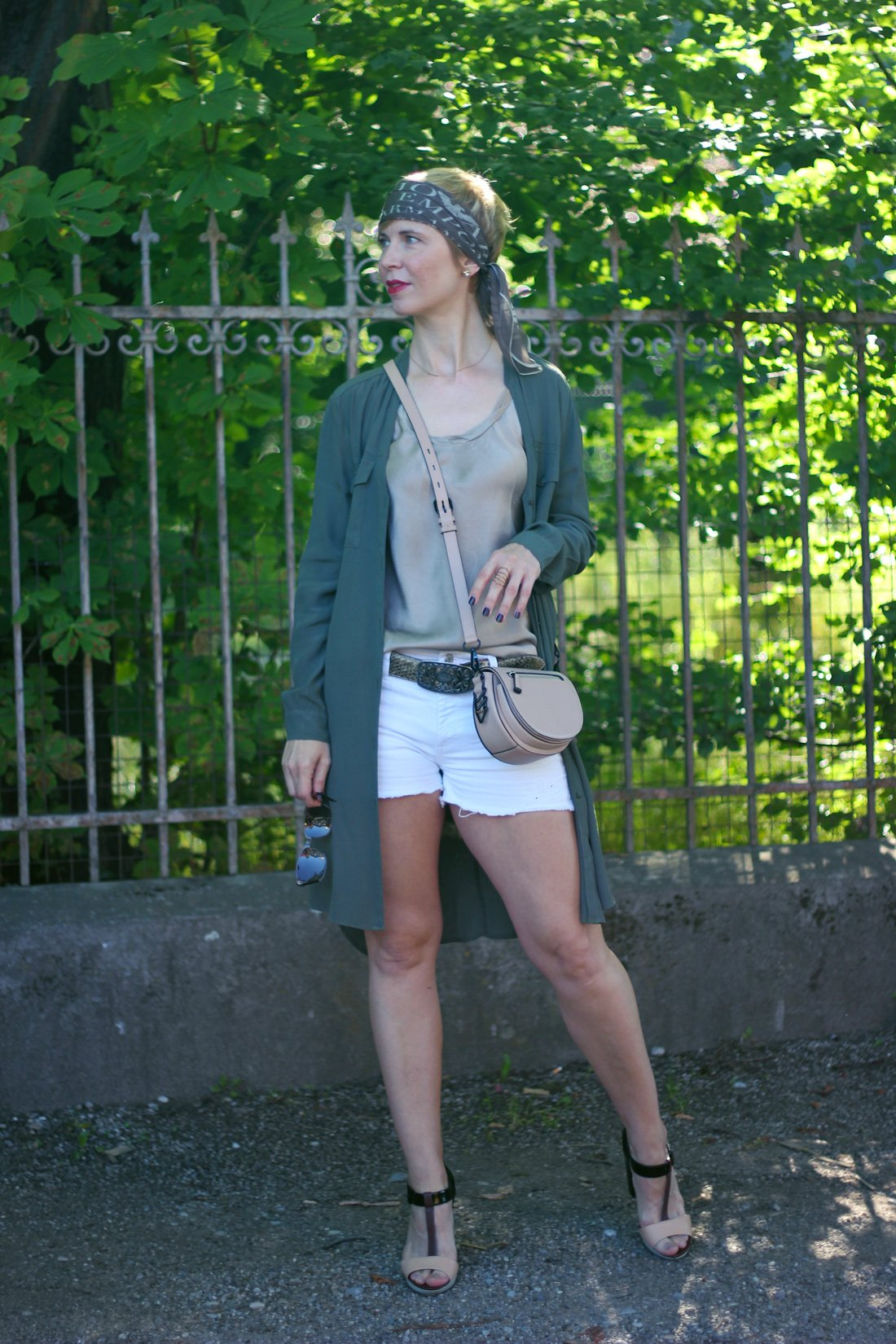Conny-Doll-Lifestyle: Longbluse, Shorts, Seidentop, Sommerlook, Sandalen, Bandana,