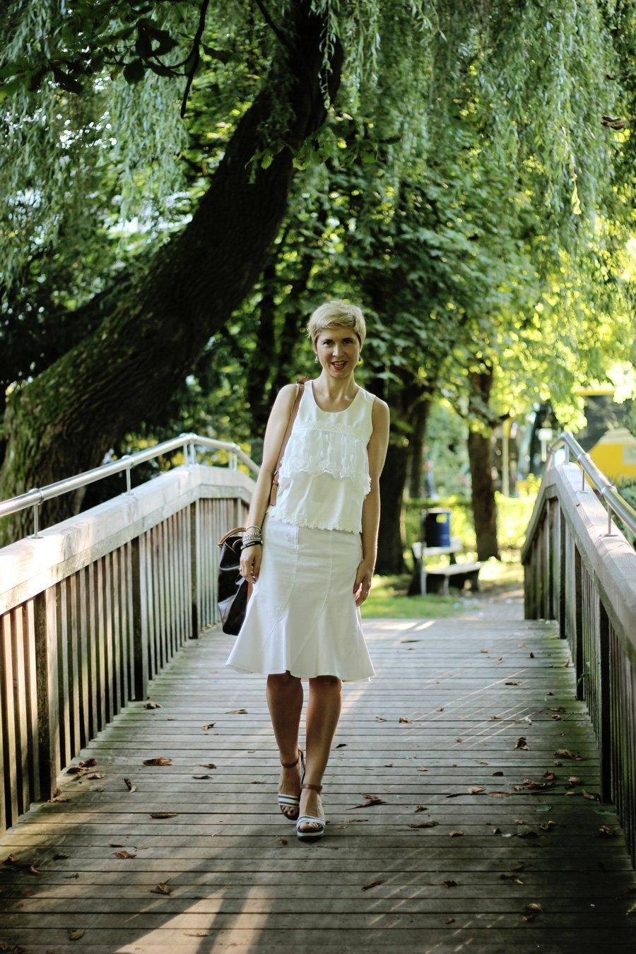 Conny Doll Lifestyle: Mein Bürolook für heiße Tage - Acht Wochen Sommerferien in Bayern, Schulschluss, weißer Rock, weißes Top, ganz in weiß