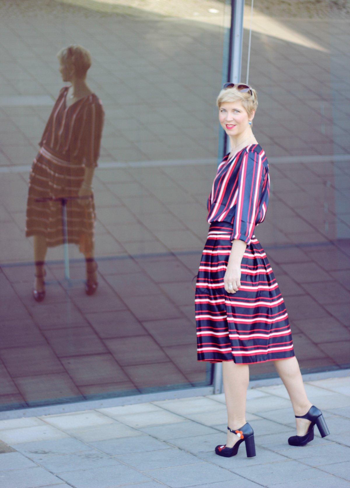 Conny-Doll-Lifestyle: Zweiteiler mit Streifenmix, blau, rot, weiß, Freizeit, Büro, Office, casual