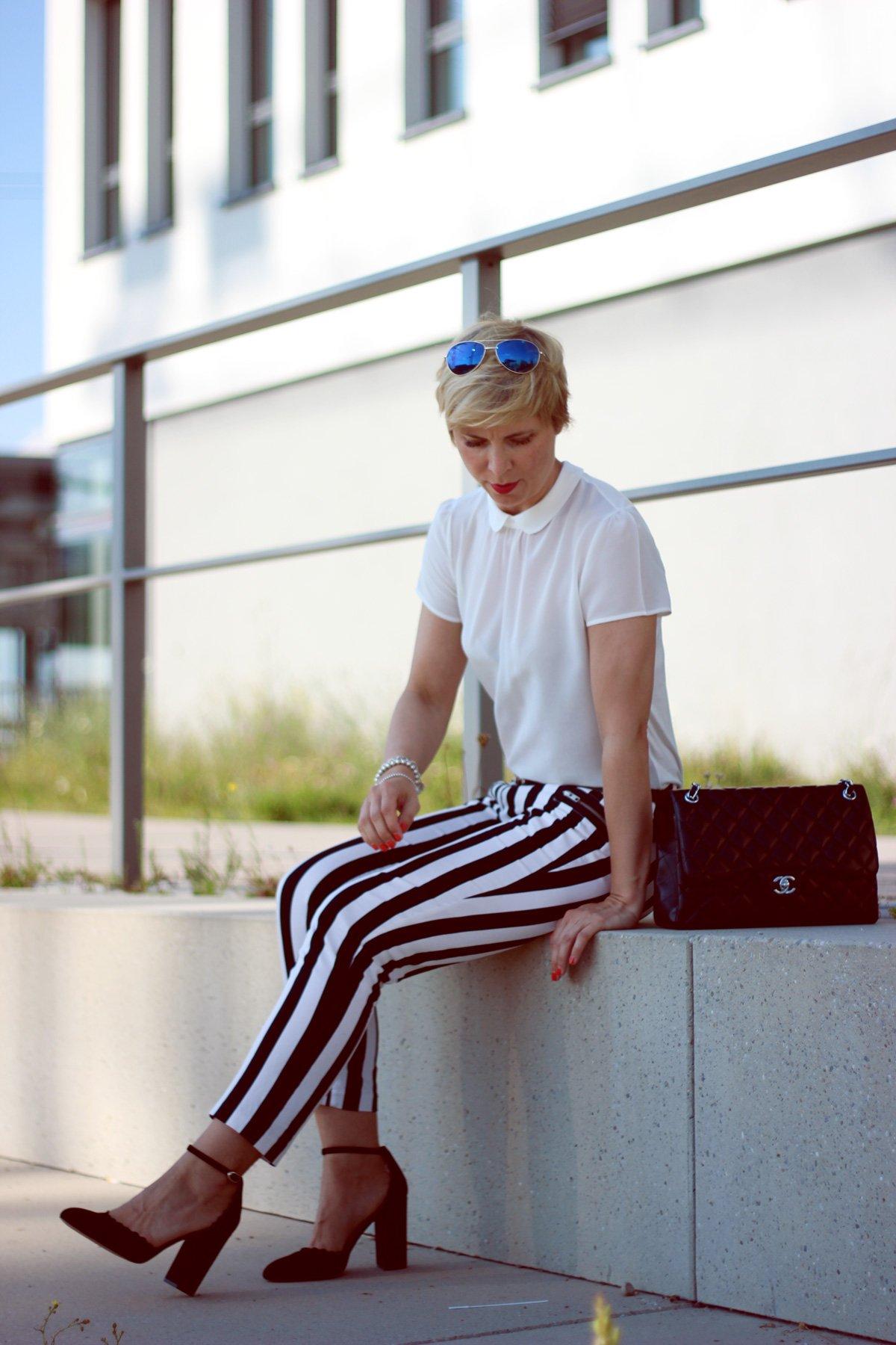 Conny-Doll-Lifestyle: gestreifte Hose in schwarz-weiß, Seidenbluse, Bubikragen
