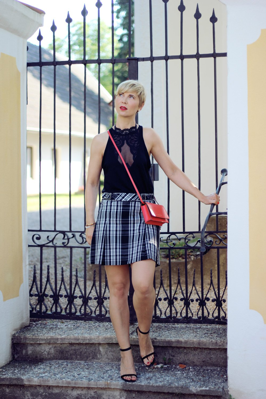 Conny Doll Lifestyle: Wäschetrend, Karo-Rock, Partylook, rote Tasche