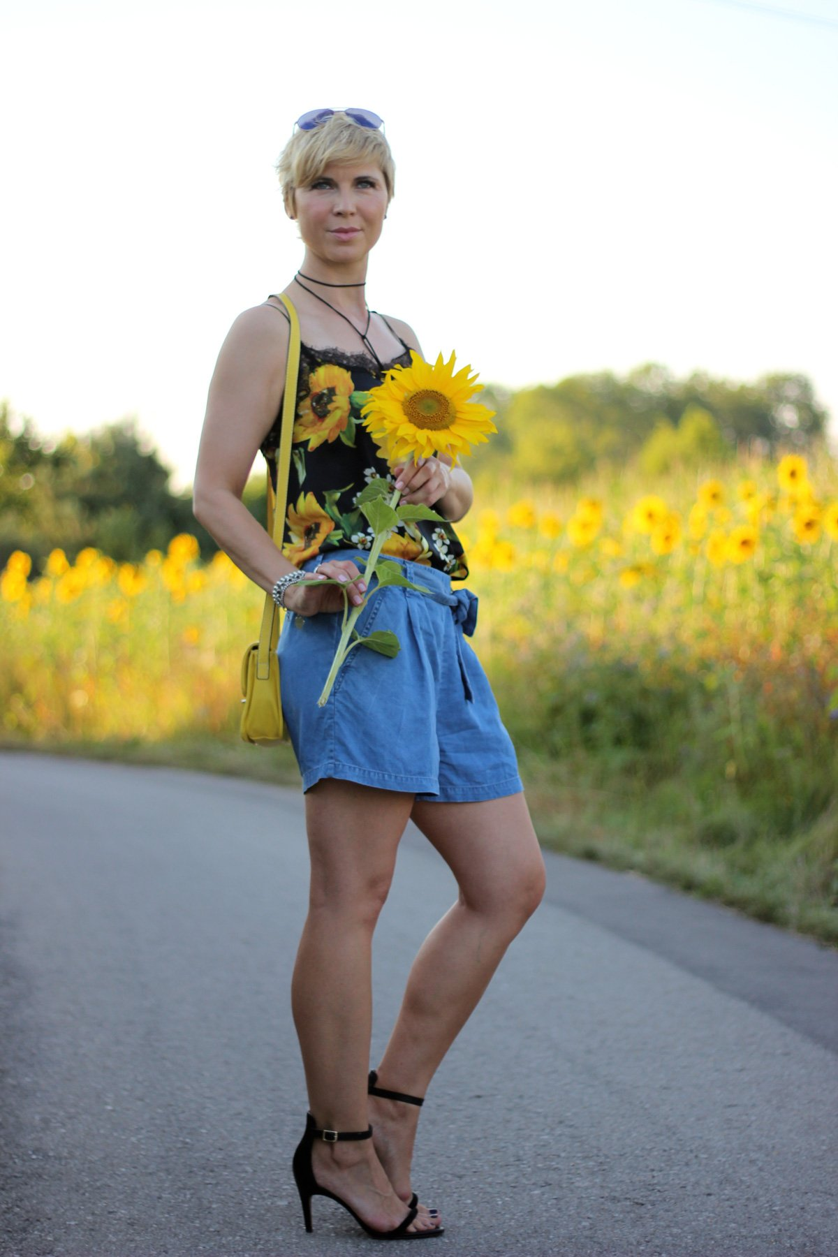Conny-Doll-lifestyle: Shorts, Seidentop mit Sonnenblumenprint, Sandalen, Sommerlook