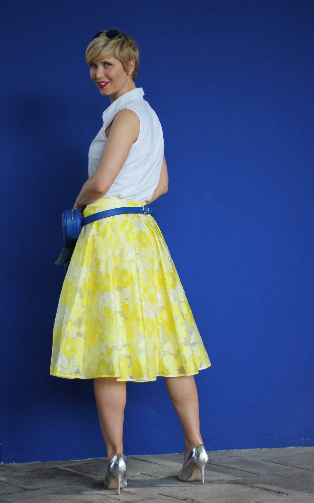 conny-doll-lifestyle: Sommerrock, Hosentaschen, ärmellose Bluse, Jeansjacke, Pumps