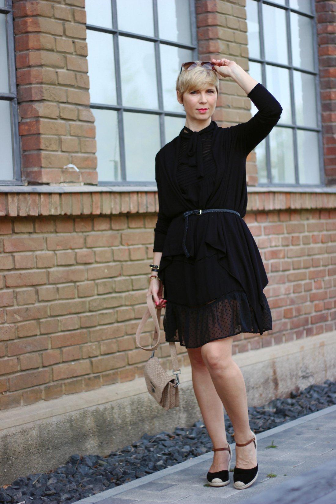 conny doll lifestyle: Sommerkleid für den Übergang kombiniert, schwarzes Kleid, Keilsandale, Herbstlook,