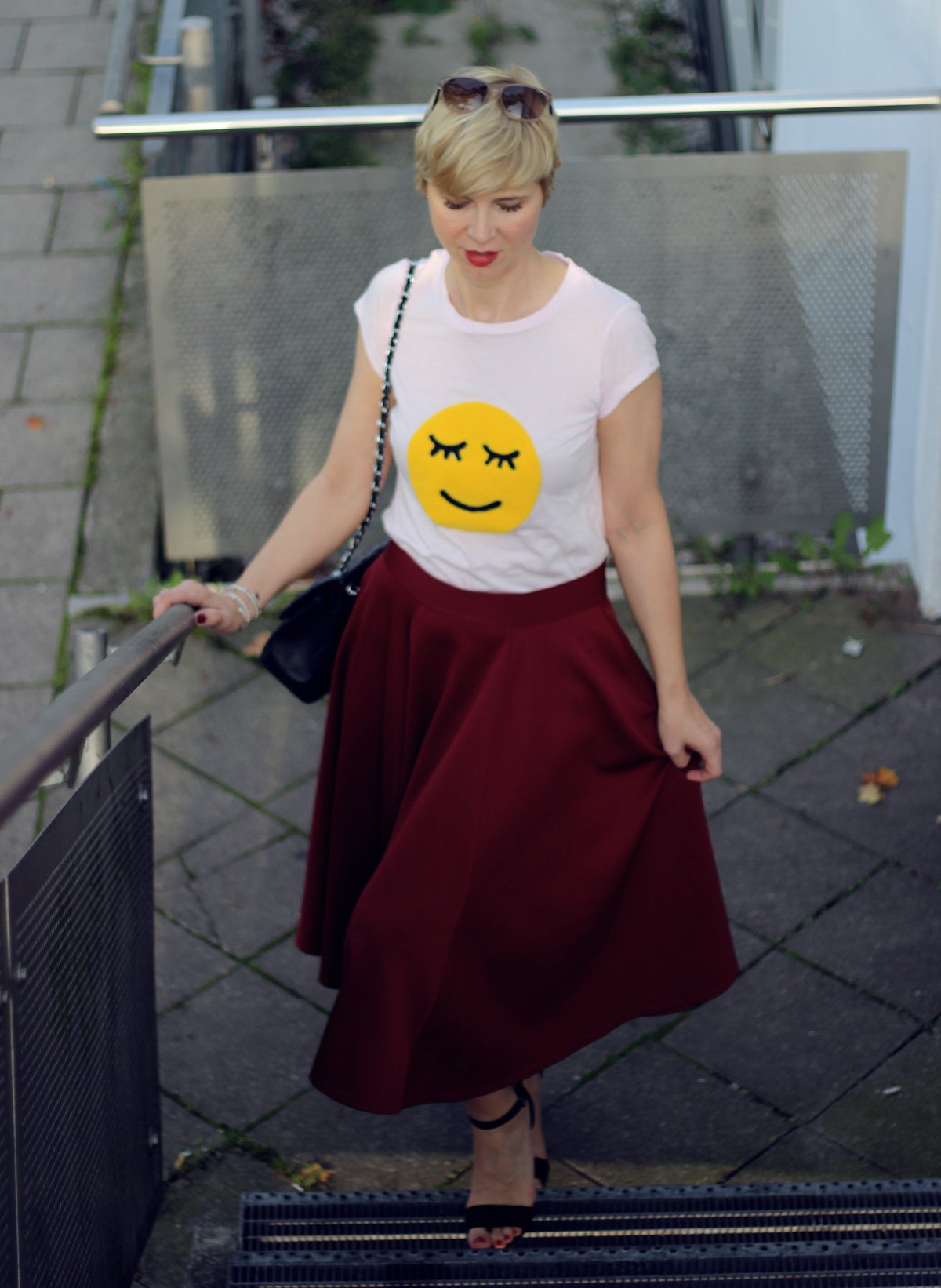 conny doll lifestyle: shirt mit smiliey, burgunderrock, spaetsommerlook, sandale,