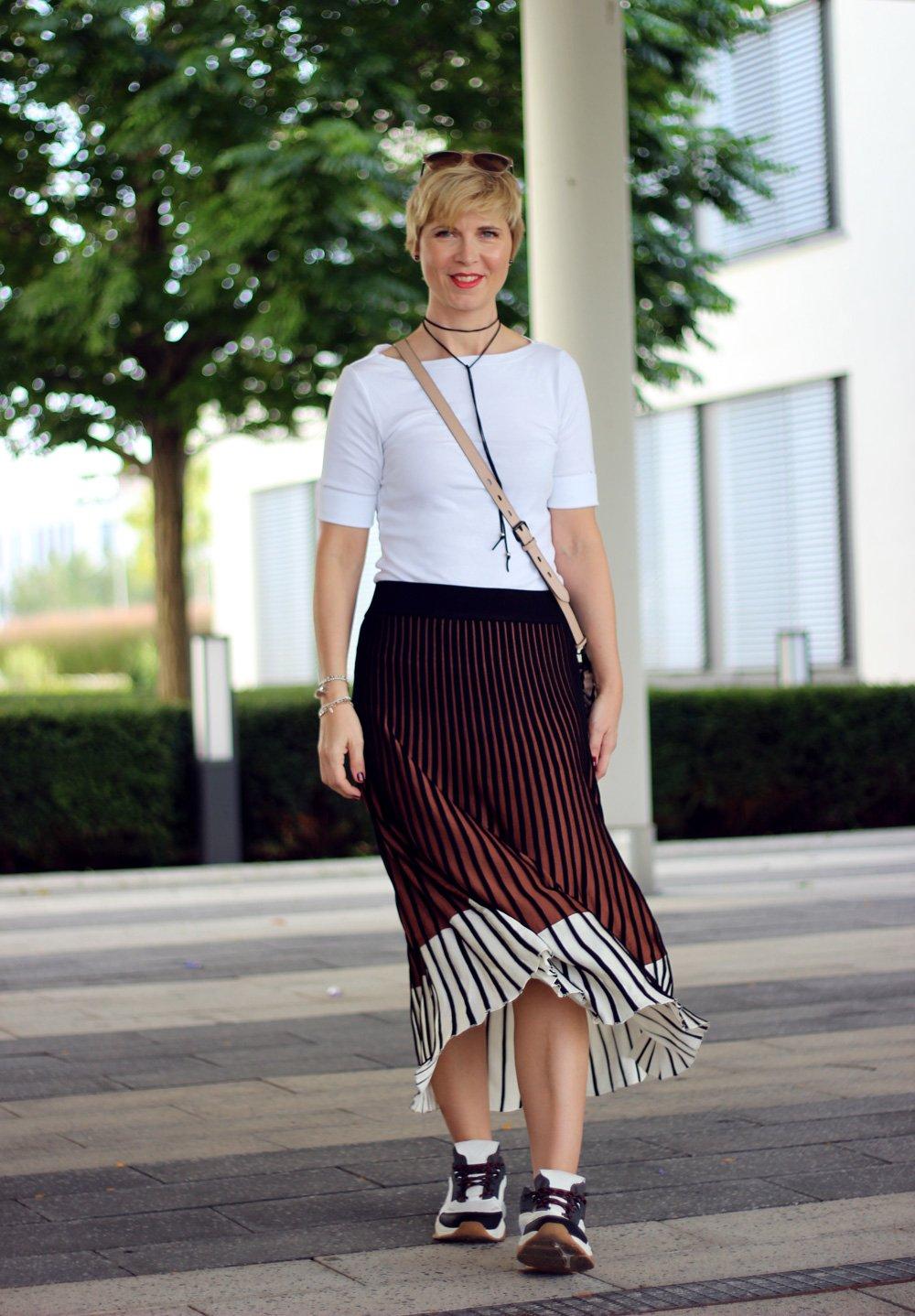 Conny doll lifestyle: Herbstlook, Rock mit Blockstreifen, weißes Shirt, casual, daywear,