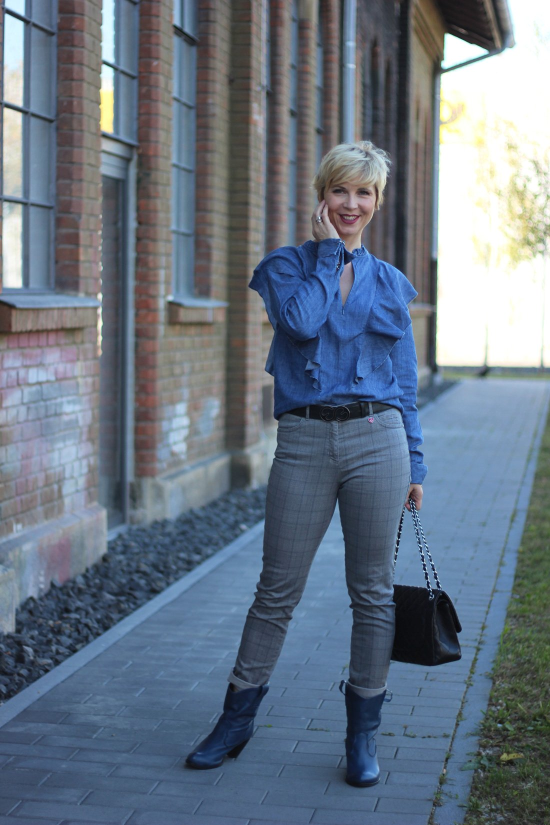 conny doll lifestyle: Unterwegs in Sachen Beauty - Karo meets Rüschen, Toni Fashion, Cowboystiefel, Rüschenbluse, casual Styling