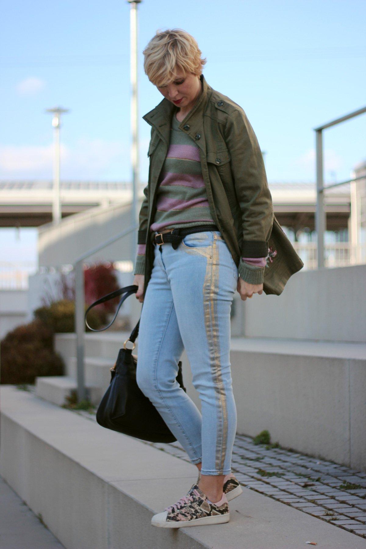 conny doll lifestyle: Casual Look mit goldenen Details, WENZ, Amy Vermont, Streifenpulli, Denim, grüne, rosa