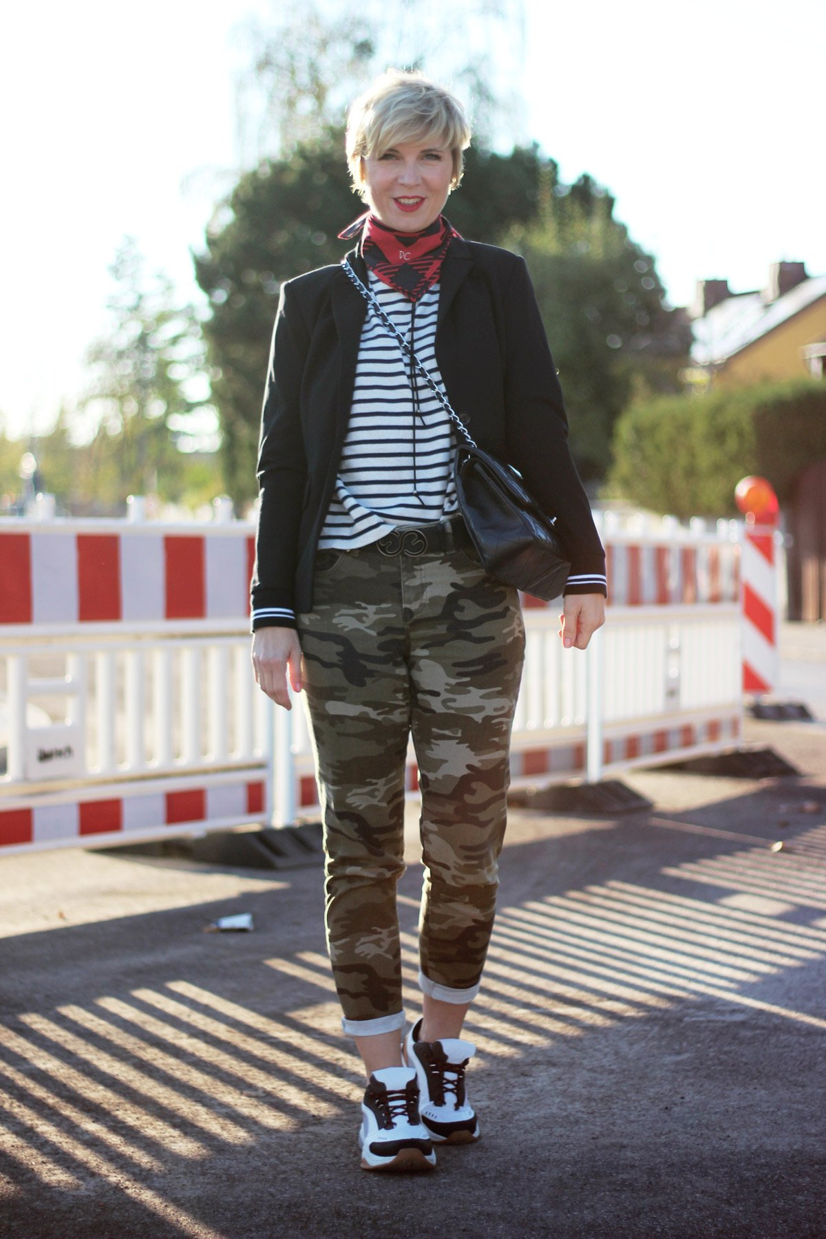 conny doll lifestyle: Mein Look: Mustermix Camouflage mit Streifen, roter Mantel, casual, Inspiration