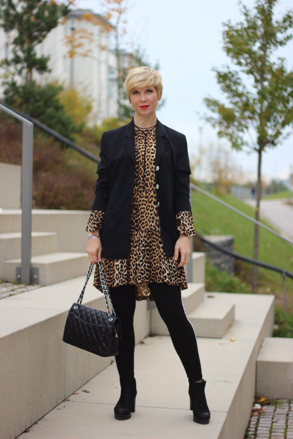 conny doll lifestyle: wie style ich mein Leokleid? Ganni, Mantel, Legging, Boyfriendblazer