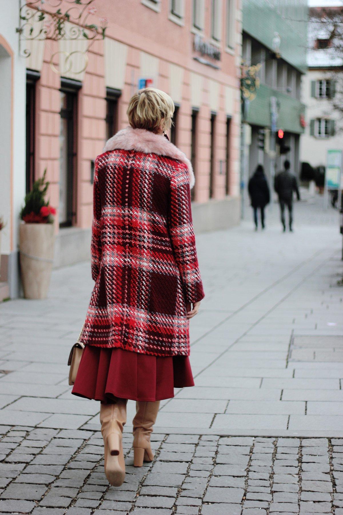 conny doll lifestyle: Tellerrock mit Stiefeln kombiniert, Sinnkrise, Shopping, Weihnachten, Wahnsinn