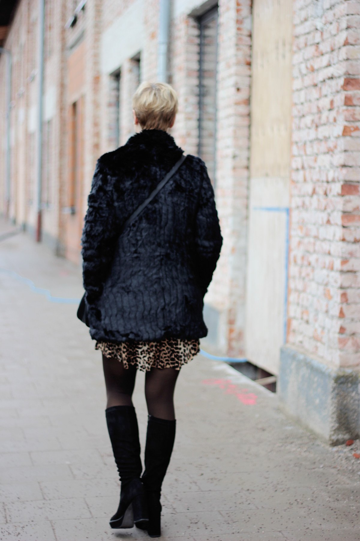 conny doll lifestyle: Leoprint, Übergangskleid für den Winter kombiniert, Fakefur-Jacke, Rollkragenpullover, Stiefel, Strumpfhose, camel, schwarz, braun, Muenchenblogger, Fashionblogger, 40plusBlogger