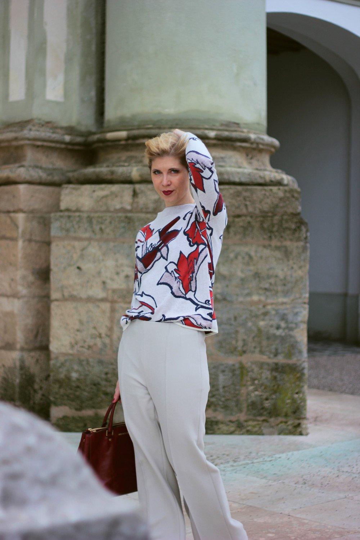 conny doll lifestyle: Fernsehen ist echt schwer geworden - elegante Pullover-Hosen-Kombination fürs Büro, Toni-Fashion, Madeleine, weite Hose, schmaler Pullover, Jaquardpullover, Stehkragen, kastiger Schnitt, Stiefeletten,