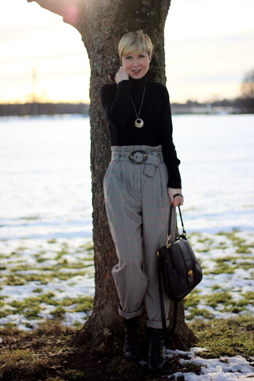 conny doll lifestyle: Stilmix mit Paperbaghose - das Warten hat ein Ende, Rollkragen, kariert, schwarz, Boots, Winterlook 2018, Fashionblogger München, Styleblogger,