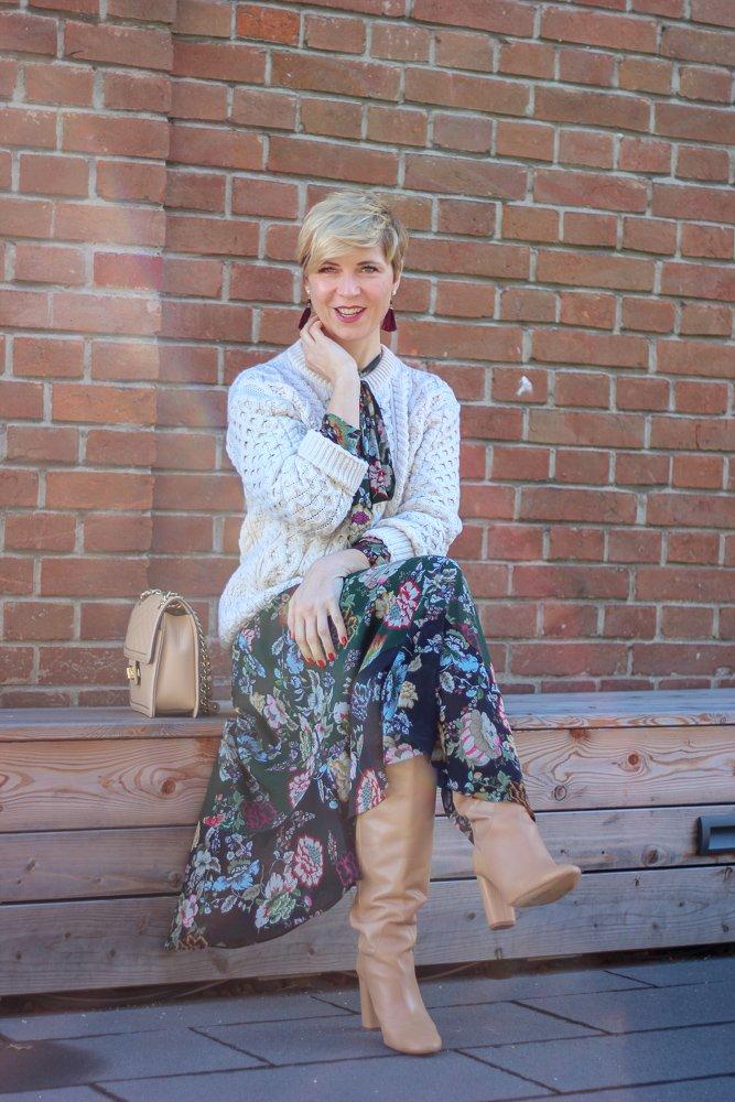 conny doll lifestyle: Valentinstag in Gefahr - Übergangslook mit Blumenkleid und Strickpullover, irelands eye, irischer Strick, Übergangslook, Stiefel, Lagenlook, Feiertag, Liebe,
