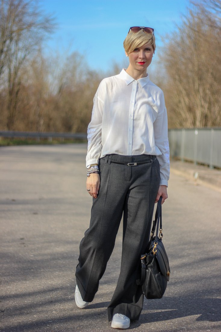 conny doll lifestyle: Der Look: weite Hose mit Bluse, weiß, schwarz, sneaker, casual,