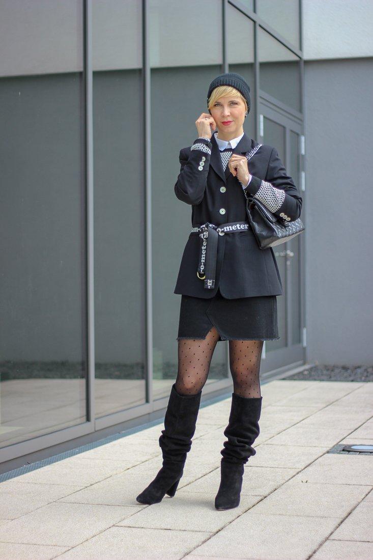 conny doll lifestyle: Glaubwürdigkeit von Bloggerinnen - mein Look Minirock mit Boyfriendblazer, Trenchcoat, Frühlingslook, Stiefel, schwarz-weiß