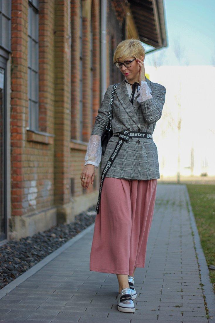 conny doll lifestyle: Frühlinglook, rosa, grau, spitzenbluse, schluppe, Fashionblogger, Sneaker