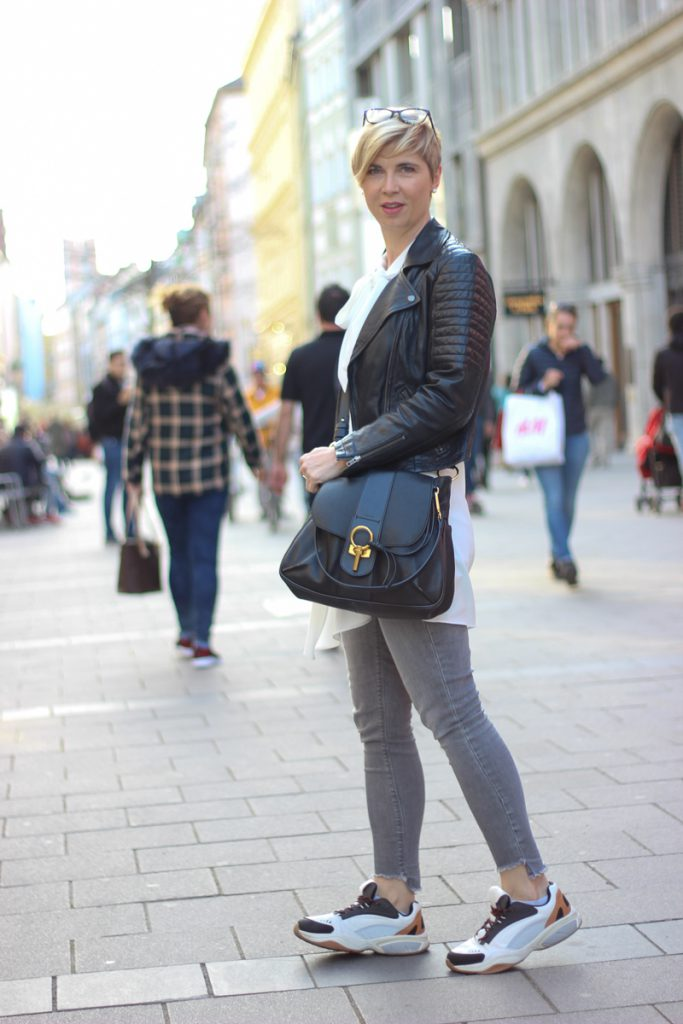 conny doll lifestyle: Kurzfristige Absagen sind unhöflich - Frühlingslook mit weiter Schluppenbluse,, Skinny, Sneaker, casual, München, Lederjacke