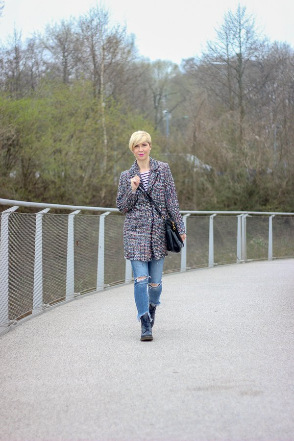 conny doll lifestyle: Kurztrip an den Gardasee - eleganter Longblazer casual gestylt, Chanelstil, used denim, streifenshirt, DocMartens, Frühlingslook