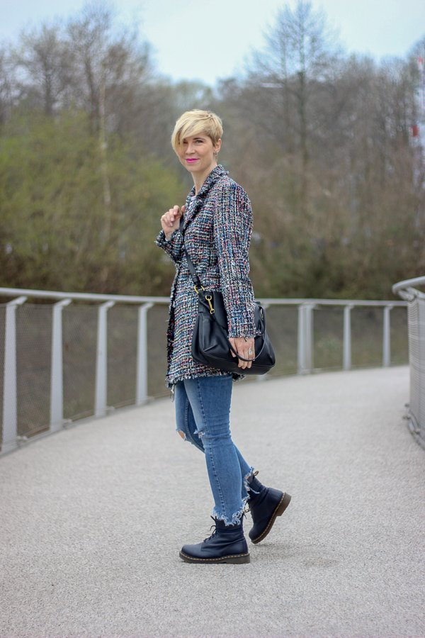 conny doll lifestyle: eleganter Longblazer casual gestylt, Chanelstil, used denim, streifenshirt, DocMartens, Frühlingslook
