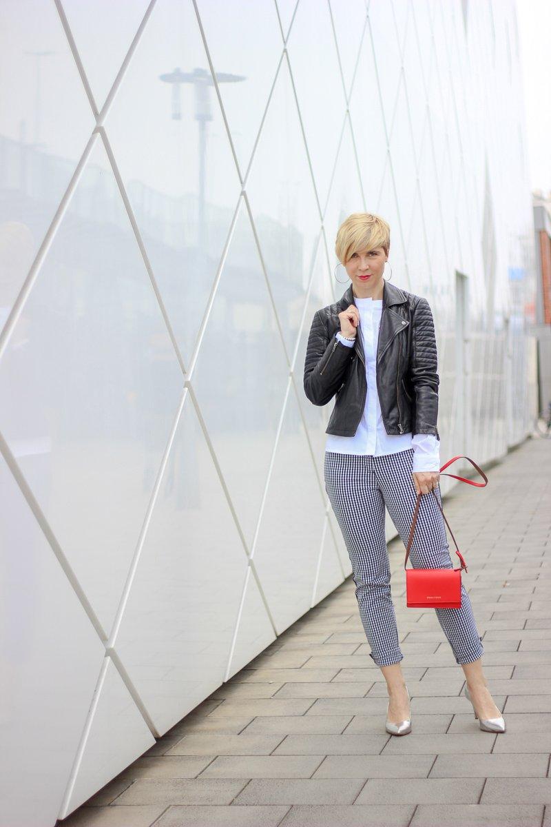 conny doll lifestyle: Frühlingsoutfit mit TONI, Hosen, Vichykaro, weiße Bluse mit roten Details, Lederjacke