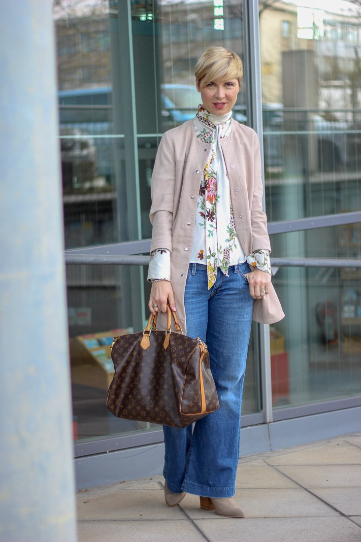 conny doll lifestyle: Geschichten aus der Waschanlage - Frühlingslook mit flared leg denim, veloursledermantel, wenz, amy vermont, schluppenbluse, easy-chic