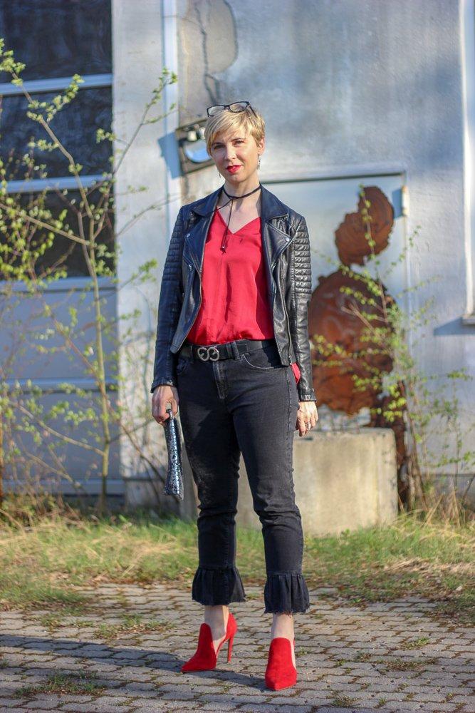 conny doll lifestyle: Teilzeit-Klimaschutz #fridayforfuture - Tanzschuhe getestet, schwarz, rot, Abendoutfit, lockerfallende Bluse, rote Schuhe, Lederjacke