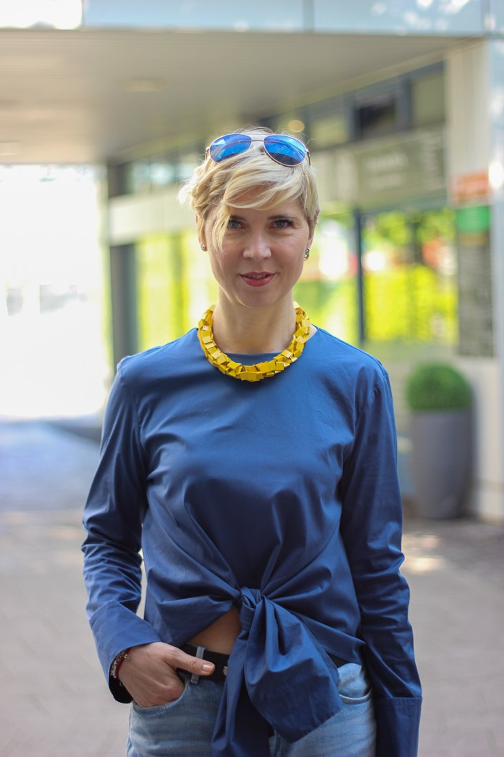 conny doll lifestyle: Blaue, casual friday in blue, gelb, Denim, Bluse, Knotendetails