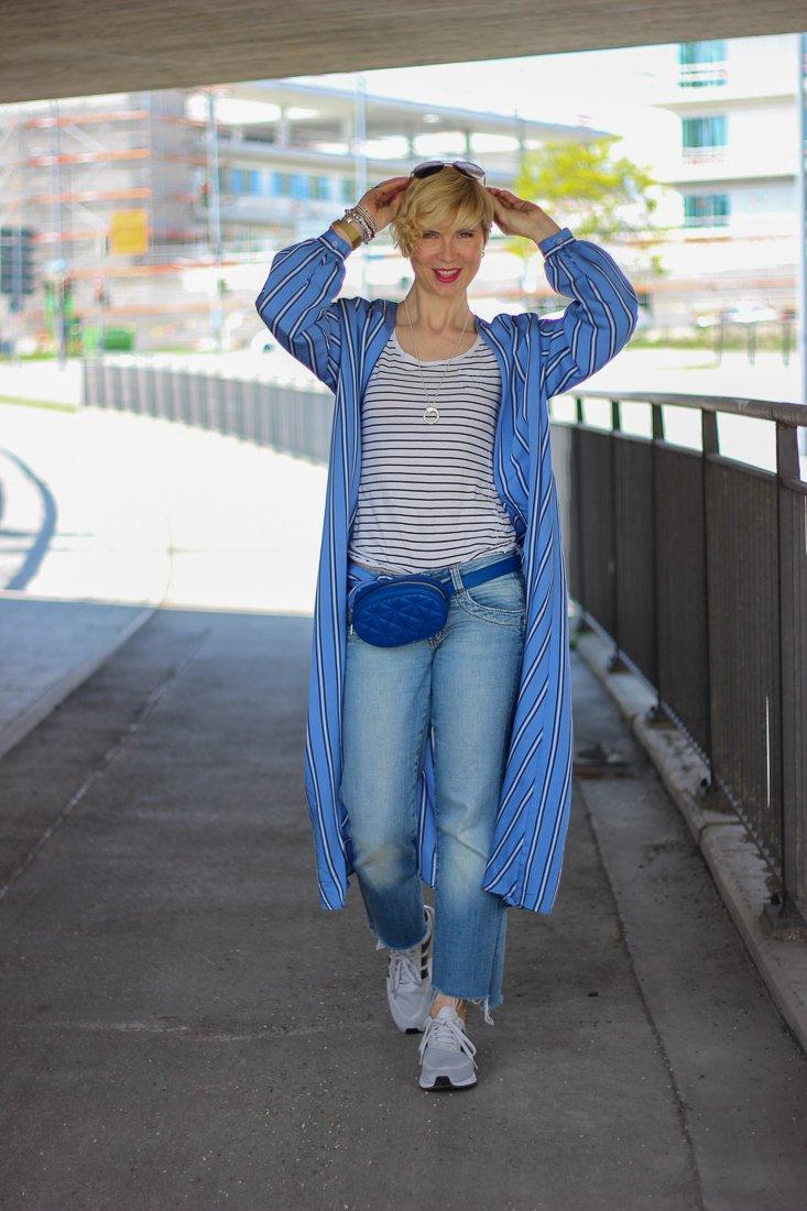 conny doll lifestyle: Kimonokleid als Mantel gestylt, Urlaubsshopping, Blau, Denimlook, Sneaker, Gürteltasche
