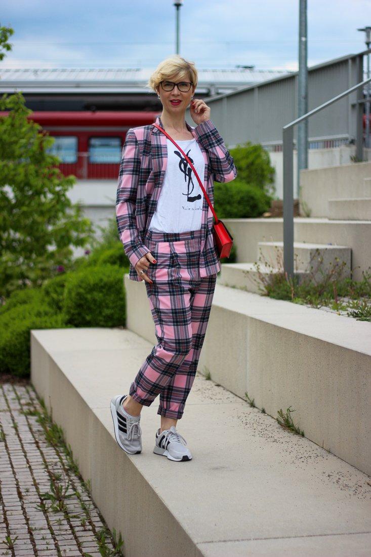 conny doll lifestyle: Bloggerin, Eitelkeit, Blick in den Spiegel, Karoanzug, Sneaker, casual