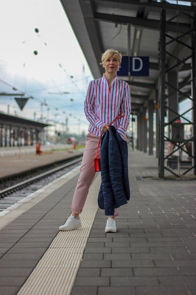 conny doll lifestyle: Wochendtrip nach Mainhatten, britische Mode, 7/8-Hose, Mustermix, Leinenblazer, Bluse, Kelchkragen, Sneaker, easy-chic
