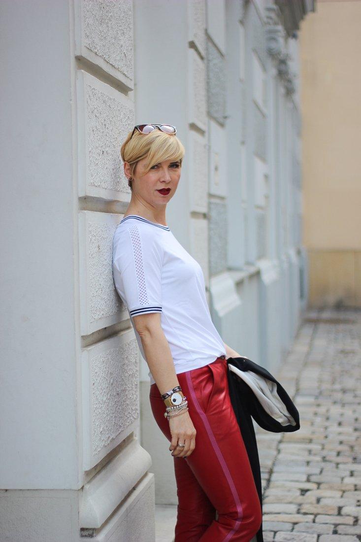 conny doll lifestyle: WENZ, Stylingideen für eine Lederhose mit Galonstreifen - sportlich, casual, T-Shirt, Sneaker