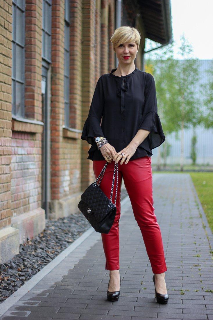 conny doll lifestyle: Stylingideen für eine Lederhose - schicke, Higheels, Statementärmel, Bluse